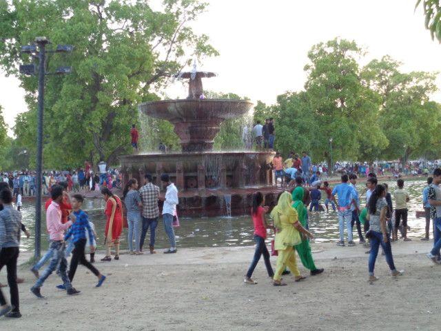 foule dans jardins de l'india gate
