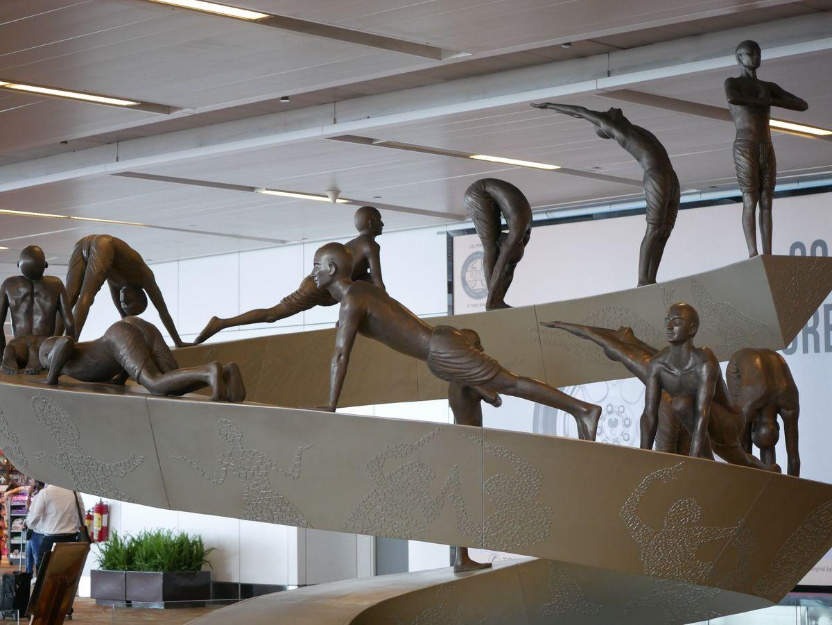 les statues de yogi à l'aéroport